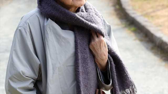 冬の衣服を贈る