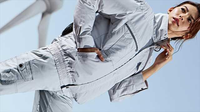 空調服を着て働くビジネスマン